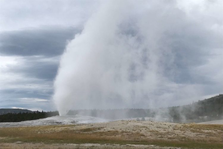 USA-Wyoming-Yellowstone-National-Park-Old-Faithful-geyser